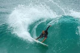 LEGENDE-FARVEL: Kelly Slater skal surfe det som kan bli hans siste konkurranse fra lørdag av.