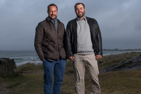 Kronprins Haakon og Tore Kramer, leder av Norsk Surfklubb, etter møte på Solastranda i november. Foto Felix Skulstad.