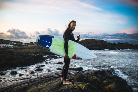 TIDLIGFUGL: Lokalsurfer Bjørn Erik Hagen var opp før sola og fikk med seg det beste av swellet. Bilde: Mats Grimsæth