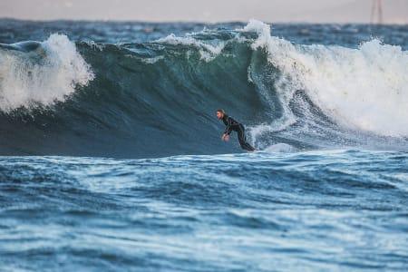 Sebastian Kjellström er ingen småkar. Da blir det også ekstra vanskelig å få bølgen i bakgrunnen til å vise sitt rettmessige størrelse. Her har vi ham på en av de større setteren fra Lenas etterdønninger. Bilde: Mats Grimsæth