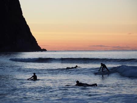 EKSOTISK: Lofoten i september er blant verdens beste steder for en surfcamp – i hvert fall hvis du syns eksotiske bølger er viktigere enn glovarmt vann.