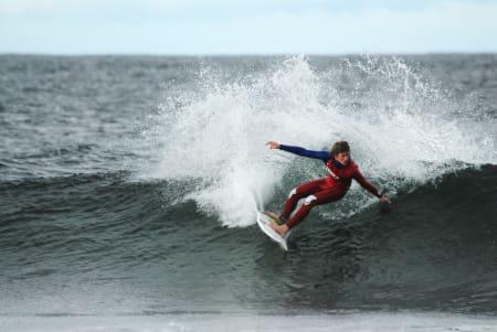 MORGENSURF:  Det var ikke rart de lokale surferne fikk hakeslepp, da Vans-gutta og Nathan Florence, plutslig troppet opp på stranda. Foto: Anne-Chr. Meling