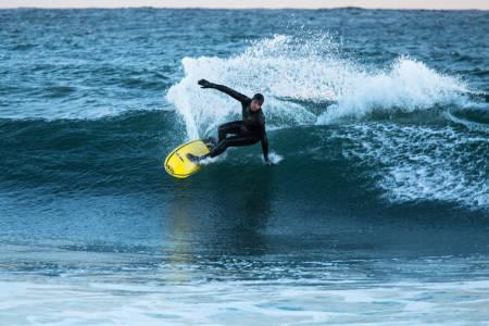 HOLD STILEN: Nordmenns bakgrunn fra snowboard og ski kan være både positivt og negativt. Joel Stevenson er derimot oppvokst med bølger i morsmelka fra landet «nerrider», med svai korsrygg, fritt blikk og fleksible skuldre. Foto: Christian Nerdrum