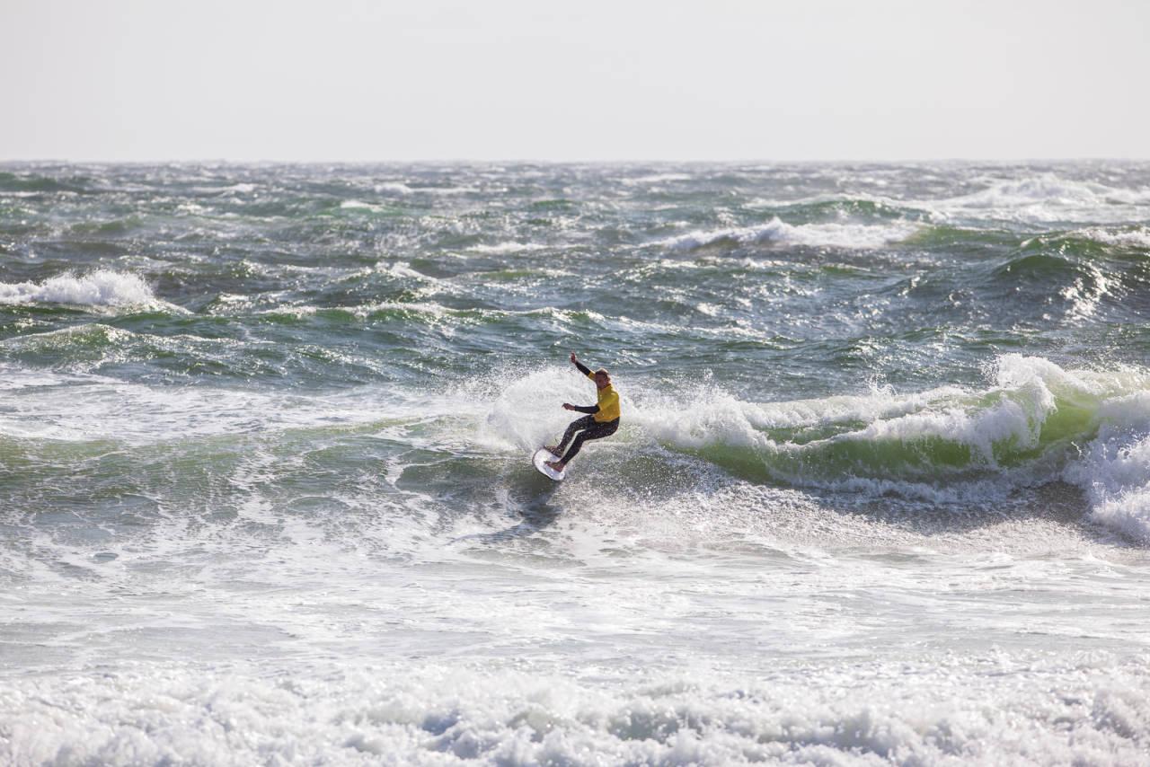 ROTETE HAV: I forkant av konkurransen advarte arrangørene utøverne mot overmot i vanskelige surfeforhold Saltstein. De som håndterte været og bølgene best på søndag, var Heidi Neerbye og Gil Ferreira. Foto: Jostein Nilsen