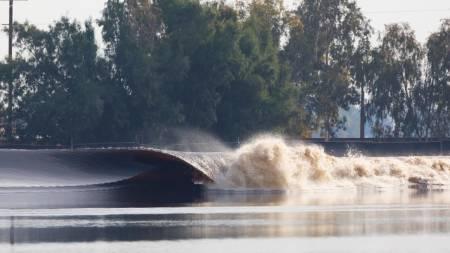 Surf på kunstig bølge