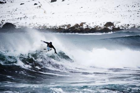 VAKKERT: Sara Gilje skal vise at man kan surfe i Lofoten også på vinteren. Her fra en tidligere anledning. Foto: Øystein Kvanneid