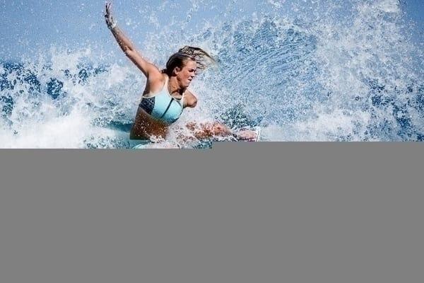 RØRER: Bethany Hamiltons surfprestasjoner ryster hele surfverden. Foto: Privat / Mike Coots