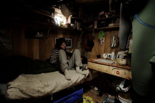 HUSET: Huset er på plass, men det er ikke akkurat glava i veggene. Velkommen vinter. Foto: Jørn Ranum.