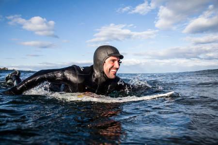 EFFEKTIVT: Kommer du deg ut til bølgene uten å bruk efor mye krefter blir du fort flinkere til å surfe. Foto: Christian Nerdrum