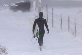 LANGT I FRA: Langt og lenge til shorts-surfing. Foto: Pål Rype