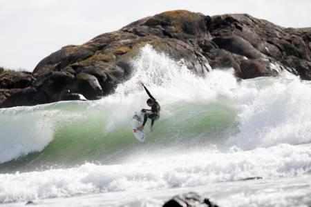 SMASH: Om en måned kan bølgene være enda bedre, men Phil Pope må nok finne seg i å ha på seg litt mer neopren enn dette. Bilde: Caroline Omlid