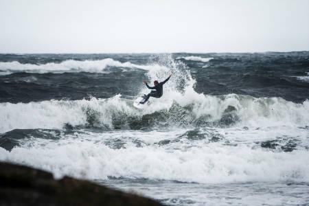 Det var meldt kraftig vind og store bølger under konkurransen på søndag. Forholdene tiltrakk seg likevel flere deltakere enn arrangørene forventet. Foto: Mons Langaard