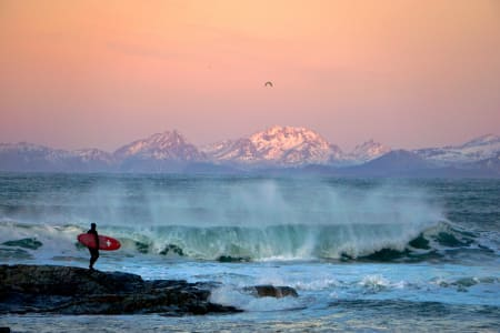 VINNERBILDE: Thore Jacob Stavang tok seieren denne uka med dette surfebildet fra Lofoten. Foto: Thore Jacob Stavang