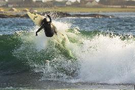 Det tar tid å lære å ta bølgen slik som Åge Obrestad gjør her på Jæren. Foto: Truls Schaal
