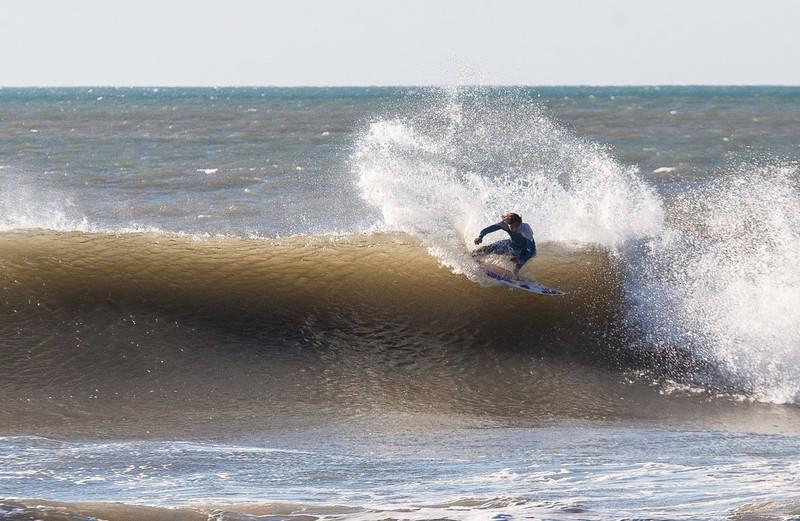 FRONTSIDE SNAP: Stor mer kritisk kunne ikke Luca satt svingen sin før bølgen hadde brutt på ham. Foto: Kjetil Isaksen