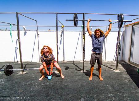 TRENING: Uten styrke og fleksibiltet kommer du ikke langt i surfing. Om du skal velge en av delene, vil en fleksibel kropp definitivt være mest fordelaktig. Bilde: Anders Melchior