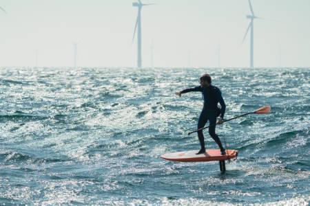Blant vindmøllene i Kattegat SUP-foilet danske Casper Steinfath fra Danmark til Sverige