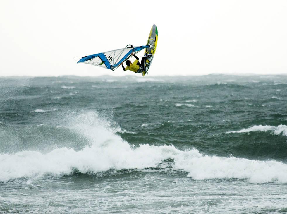 BRA TRØKK: Det er ikke rent sjeldent nordvesten klinker til på Jæren. Da er det få plasser som kan varte opp med bedre forhold for windsurfing. Bilde: Anne-Christine P. Meling