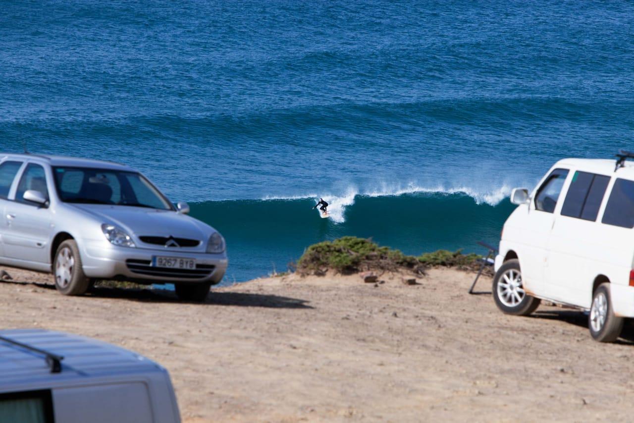 ENSOMT STRANDLIV: Til de varme strendene på Algarves vestkyst kommer bilturister med brett på taket og ambisjoner om alenetid i vannet. Foto: Thomas Kleiven