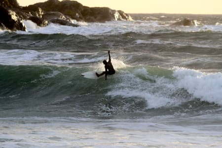 SALTSTEIN: Andre Van Der Eynden koser seg i bølgene.