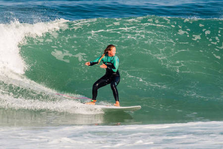SURF: Sara Bianca Gilje vil skape et surfe-nettverk for jenter. Her surfer hun i Portugal. Foto: Pedro Mestre
