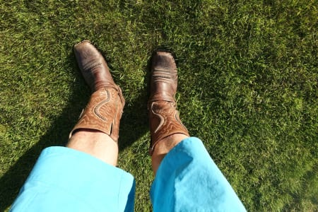 TØFF KOMBINASJON: Ifølge skribenten burde shorts og comwboystøvler vært en langt mer akseptert kombinasjon enn det er. Foto: Tore Meirik
