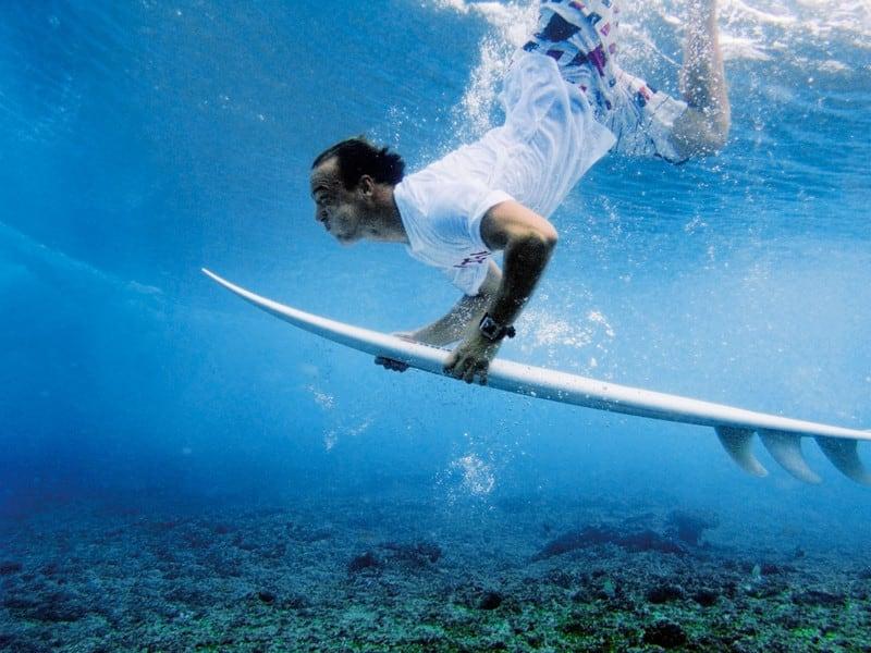 GOD TRIM: Å herje under vann er naturlig nok ganske slitsomt, og jo sprekere du er, jo lettere er det å bli en god surfer. Foto: Christian Nerdrum