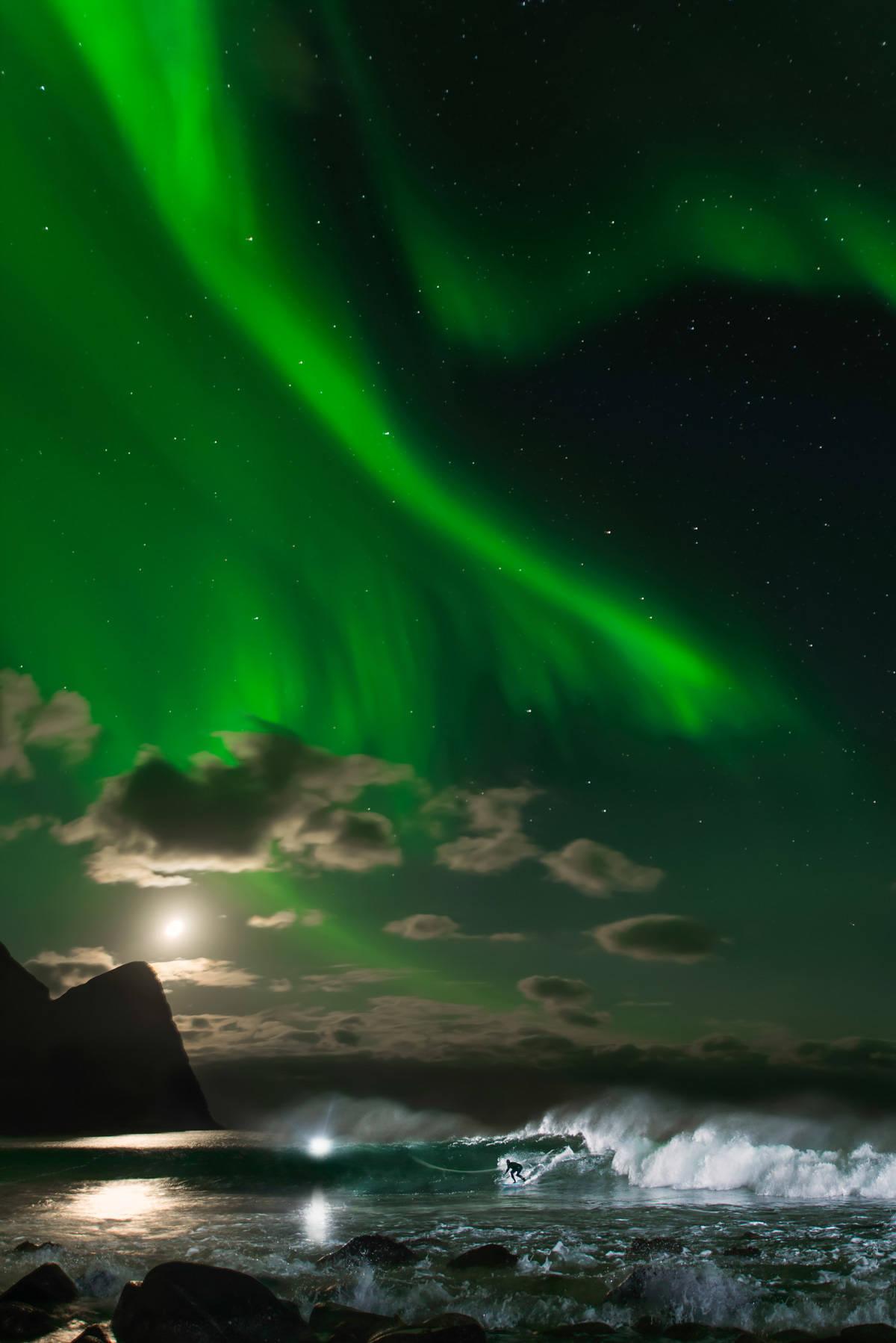 Det vakre, vakre nordlyset kom til Lofoten mens Fanning var der. Foto: Emil Kjos Sollie og Mats Grimseth