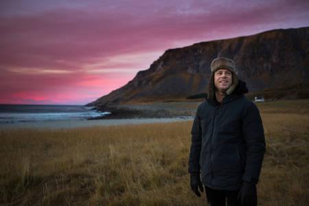 Mick Fanning hyller de vakre omgivelsene i Lofoten. Foto: Mats Grimsæth