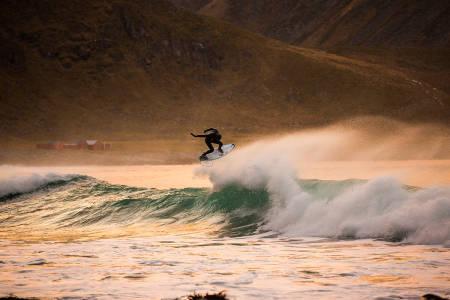 Mick Fanning i en bølge i Lofoten. Foto: Mats Grimsæth