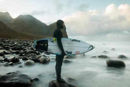 Mick Fanning før han går inn i vannet. Foto: Emil Kjos Sollie