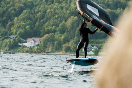 DEN NYE GREIA: Wingfoiling er den nye brettsporten og Sebastian Kjellstrøm er blant de første til å mestre kunsten. Bilde: Christian Nerdrum
