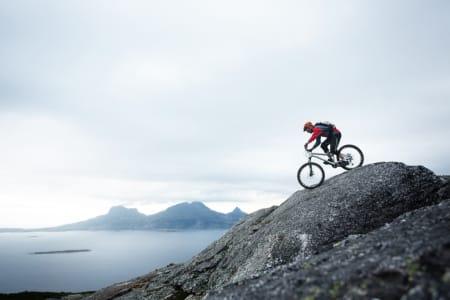 SJEKKLISTE: Vi gir deg tipsene til stier du kan sjekke i sommer. Her setter Andreas Klette retning ned fra Keiservarden i Bodø. Foto: Kristoffer H. Kippernes