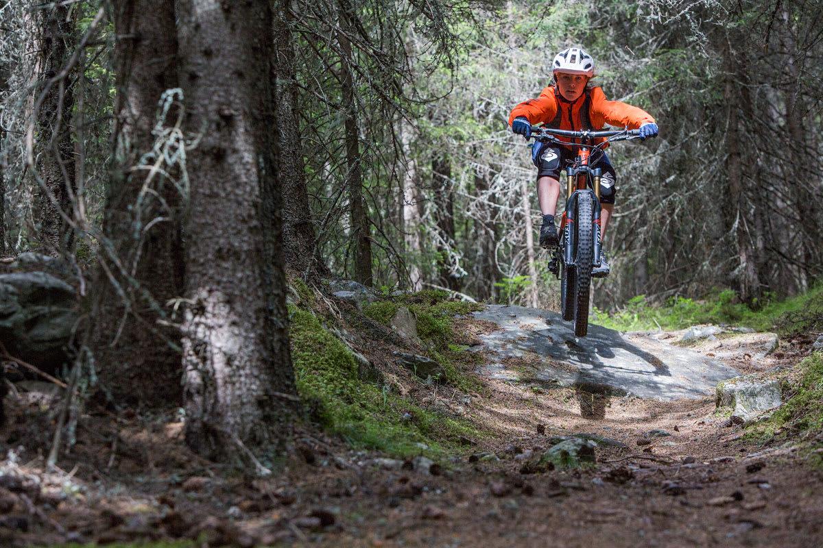 #ENDURODAME: Stina Bondehagen har orden i både sykkelutstyret og teknikken på sti. Her på sin Trek Slash 9. Foto: Privat