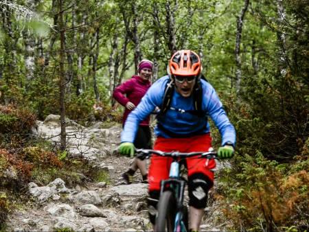 LØYPE: Joggere, turgåere, bikkjer, andre syklister - det er generelt alt for mye folk akkurat der du har tenkt til å sykle, synes Øyvind Blikken Mæhle. Bilde: Martin I. Dalen