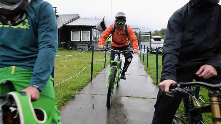 HEISKØ: Ingen utfordring er stor nok for Mr. Braaap, som her viser hvordan man effektivt slipper kø. Foto: Martin I. Dalen