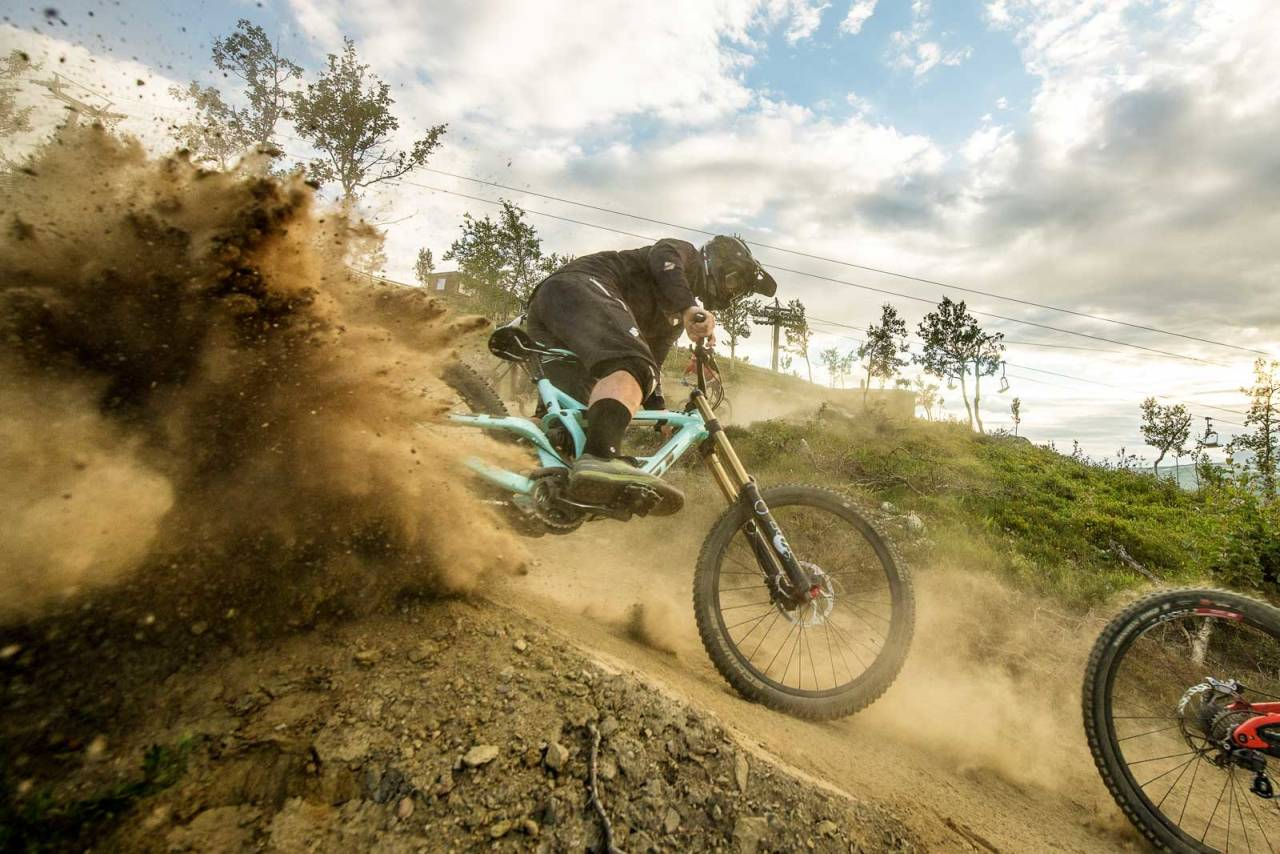TØRR HUMOR: Veteranen Robin Dolve morer seg i et knusktørt Geilo Bike Park. Foto: Vegard Breie