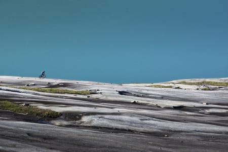 NED MOT HAVET: Remi Einås nyter de siste svingene på granitt ned mot Skjomfjorden.
