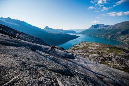 SVAPARADIS: Nydelig svasykling og superlekent terreng på Reinnesfjellet i Skjomen. Foto: Mattias Fredriksson/ RedBull