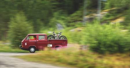 BIKEVAN: Sture Pettersens gamle Volkswagen Transporter med tilnavnet «Bikevan » blir flittig brukt som transportmiddel for å komme seg til stiene på svensk side av grensen.