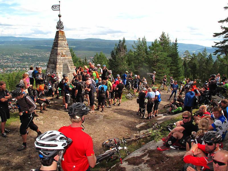 SOSIALT: Det står ikke på sosialisering under verdens hyggeligste sykkelarrangement; Utflukt! Foto: Are Tallaksrud