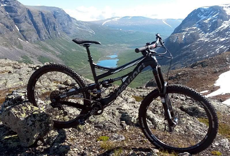 GROVIS: Jostein Hole har en av 200 Devinci Spartan´er som er bygget –og de taller meste tyder på at sykkelen funker godt for mannen som vant Norges lengste enduroritt under Hillbily Huckfest. Foto: Jostein Hole