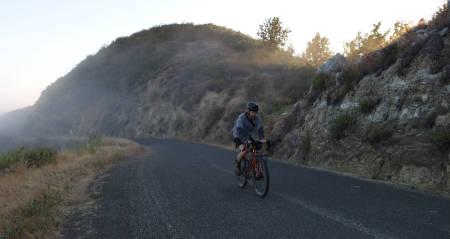 LIGHT BRO: Det er en fryd å være fotograf i California. Hans Petter sykler opp Naciemiento-Fergusson Road. Bilde: Thomas Larsen Røed
