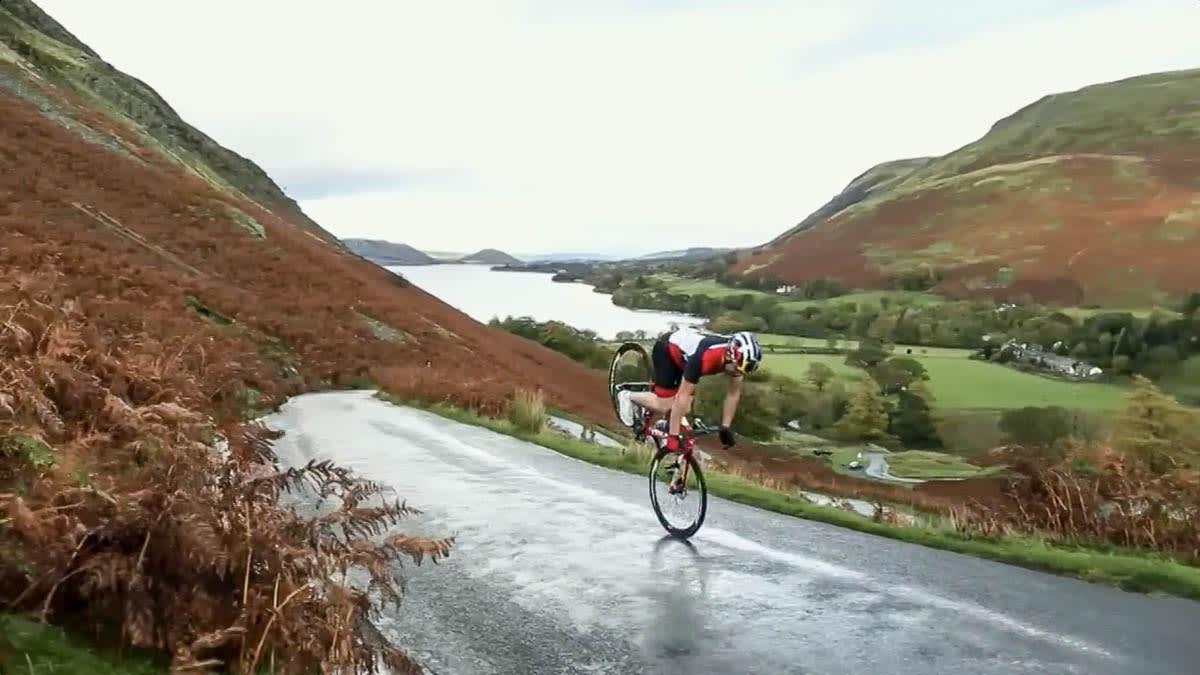 ALLSIDIG: Danny MacAskill på landeveisykkel. Ferdig snakka!