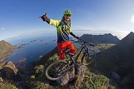 Brage Vestavik syklet lekende lett ned Mannen, det kjente fjellet i Lofoten der andre strever med å gå til fots. Foto:  Nils-Erik Bjørholt/LSTF