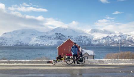 En velfortjent pause etter å ha forflyttet meg fra Tromsø til Lyngen på sykkel med alt nødvendig utstyr for å klare meg en uke i fjellet.
