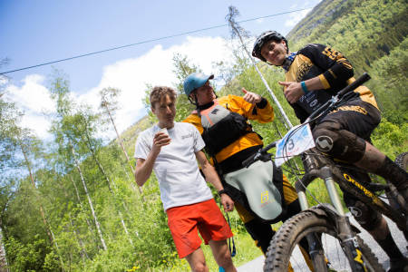 FRA ØVERSTE HYLLE: Denne gjengen var det suverent beste laget i Horgi ned 2015. Fra venstre: Lars Erik Skjervheim (ski), Eirik Øvreeide (elvekajakk) og Isak Leivsson (sykkel). Foto: Tore Meirik