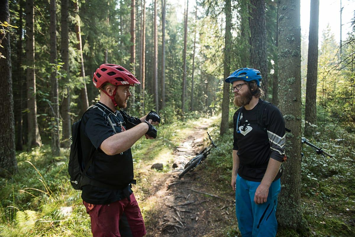 PIONEREN: Bjørn Enoksen fra NOTS og Knut Myking prater om stien. Foto: Vegard Breie