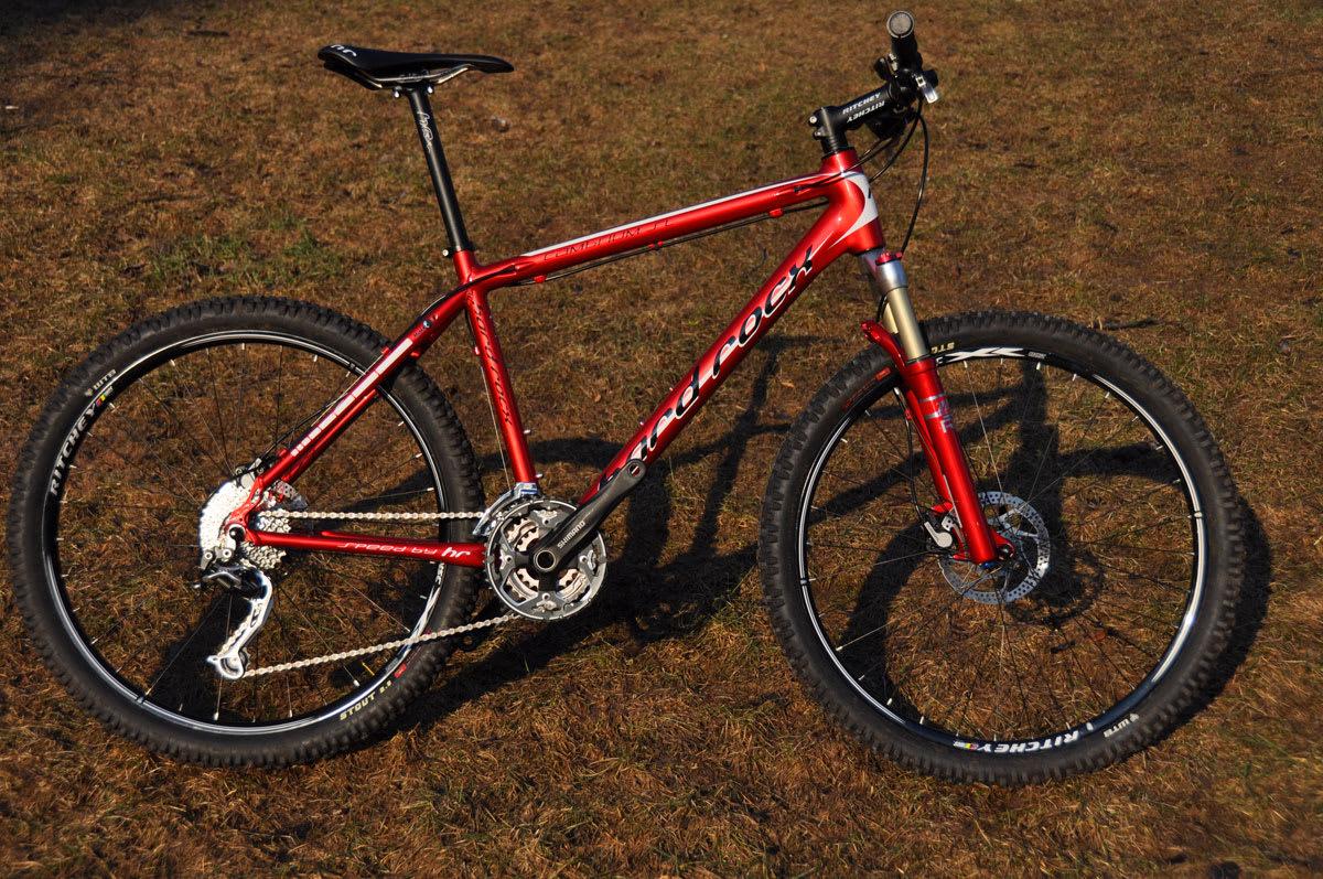 TIL STI: Små endringer på sykkelen gjør stor forskjell i terrenget. Her er en klassisk rittsykkel klar til stikjør. En drøy halvkilo tyngre og mye stødigere og tryggere. Foto: Øyvind Aas