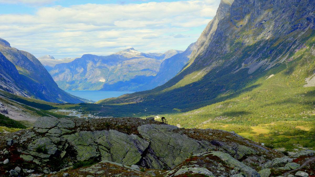 MEKTIGE OMGIVELSER: Stisyklinga på Stryn foregår på steder som minner lite om Nordmarka. Foto: Tommy Aslaksen
